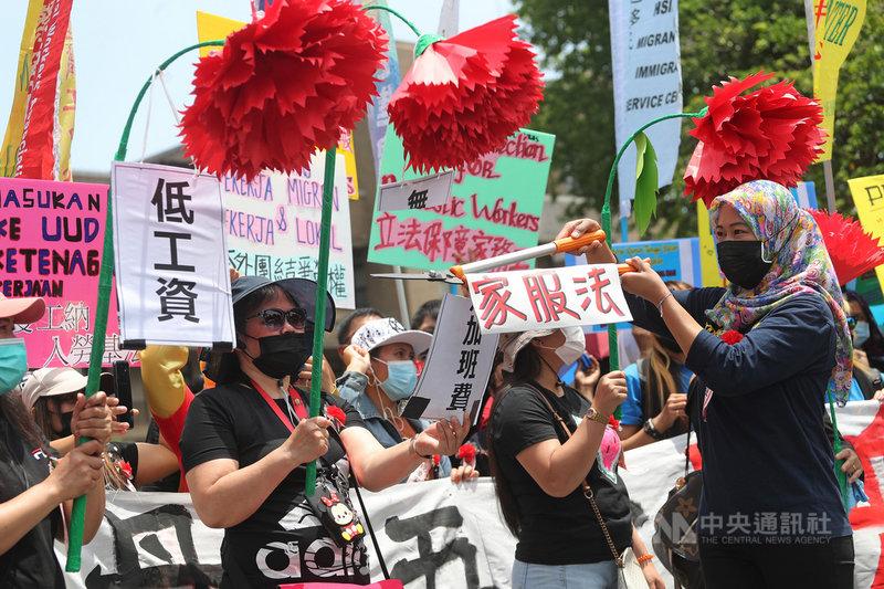 台灣移工聯盟等團體2日在行政院前舉行記者會,現場演出行動劇,為高工時、低薪資的家務移工發聲,呼籲政府儘速提出「家事服務法」,讓家務移工能有勞動法令保障。中央社記者裴禛攝 110年5月2日