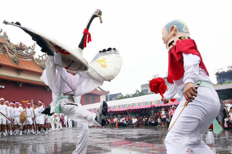 國家重要民俗「西港刈香」預定於5月底登場,活動中最具在地文化特色的是各村庄自組陣頭。圖為七股寶安宮白鶴陣。(趙守彥提供)中央社記者楊思瑞台南傳真  110年5月2日