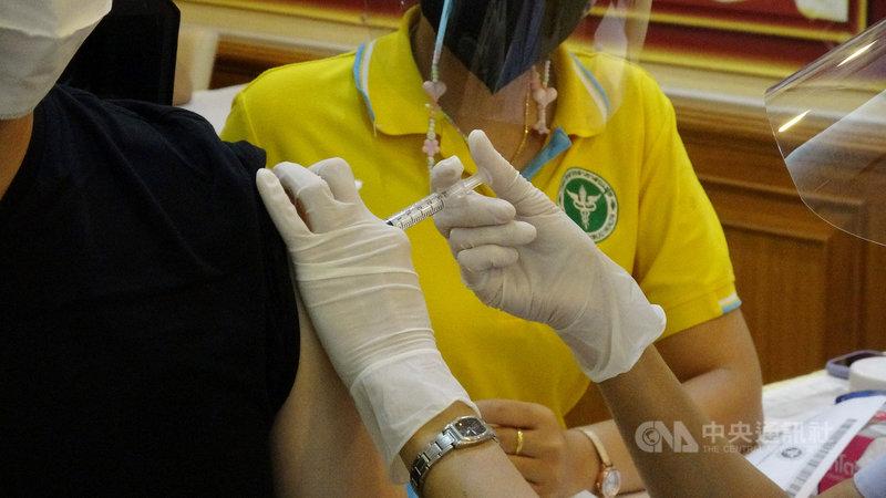 泰國啟動武漢肺炎疫苗施打計畫,預計6月初開放讓一般大眾接種疫苗。圖為2月28日龍仔厝府醫院的施打畫面,當天為泰國首日啟動疫苗施打計畫。中央社記者呂欣憓龍仔厝府攝 110年5月2日