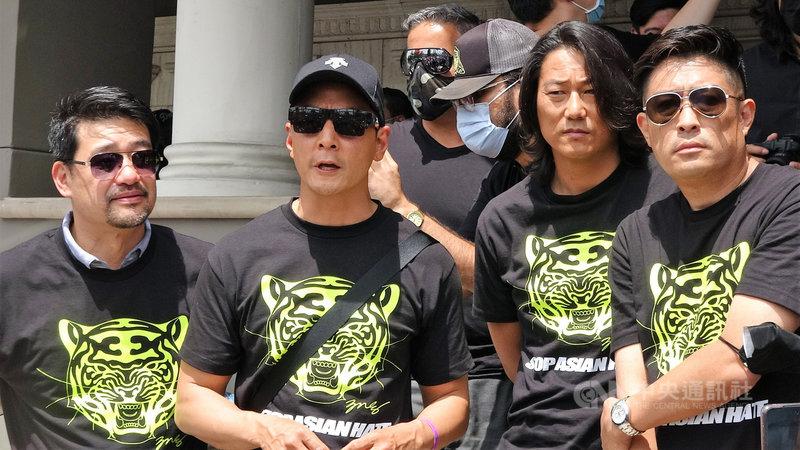 電影明星吳彥祖(Daniel Wu)(左2)美西時間1日現身南加州,參與車隊遊行,發聲反對仇恨亞裔。中央社記者林宏翰洛杉磯攝 110年5月2日