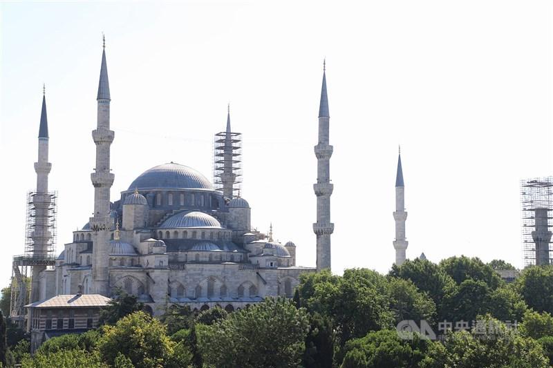 5月15日起,從台灣、日本、以色列、英國等15個國家入境土耳其的旅客不必檢附武漢肺炎核酸檢驗陰性報告。圖為土耳其藍色清真寺。(中央社檔案照片)