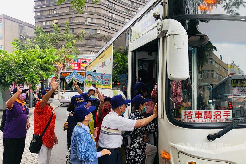 台南市政府社會局推動社區照顧關懷據點公車輕旅行,首條路線3日共有來自8個社區據點、約200名的長輩們造訪奇美博物館。(台南市政府提供)中央社記者楊思瑞台南傳真  110年5月3日