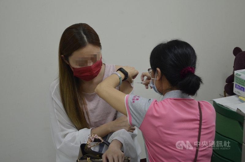嘉義縣14間衛生所布建武漢肺炎疫苗接種服務點,3日下午水上鄉衛生所率先開打,不少民眾前來接種疫苗。中央社記者蔡智明攝  110年5月3日
