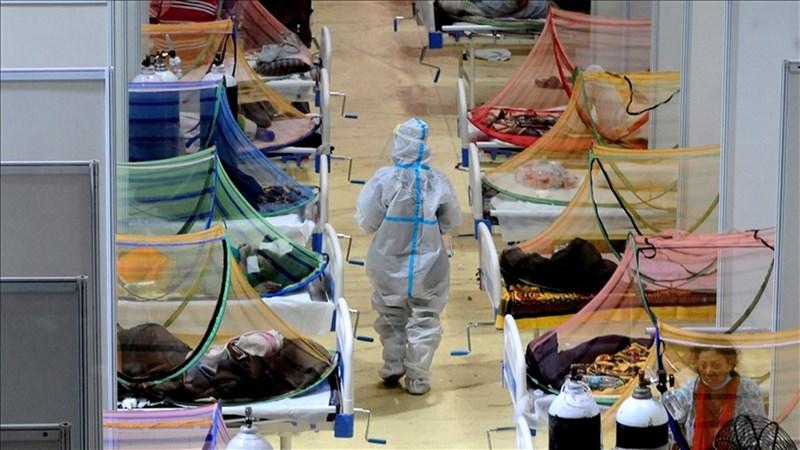 印度3月起引爆以變種病毒為主的第二波疫情,從馬哈拉什特拉省向北發展,5月達到高峰,單日新增病例飆升到逾40萬例。圖為5月印度首都新德里一間COVID-19照護中心躺滿病患。(安納杜魯新聞社)