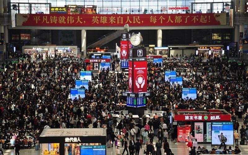 中國五一假期首日,搭乘各種交通工具的旅客總數達5637.3萬人次。圖為連假前夕上海虹橋車站的人潮。中央社記者沈朋達上海攝 110年5月1日