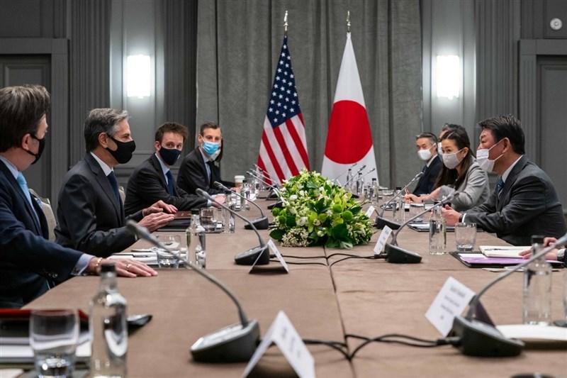 七大工業國集團(G7)成員國的外交部長3日齊聚英國倫敦準備開會,美日先進行雙邊會談。圖為美國國務卿布林肯(左2)與日本外務大臣茂木敏充(右1)等一行人會面。(圖取自twitter.com/SecBlinken)