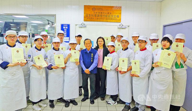 台北城市科技大學攜手日本專家開設日本料理課程,已有19名學生修業完成並通過認證,獲日本官方核發日本料理銅勳證照。(城市科大提供)中央社記者許秩維傳真 110年5月3日