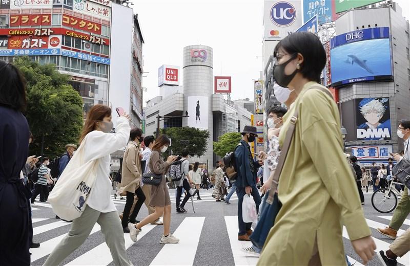 日本2019冠狀病毒疾病疫情延燒,統計至2日已確診超過60萬例,僅20多天就急速增加了10萬例。圖為1日東京澀谷街頭。(共同社)