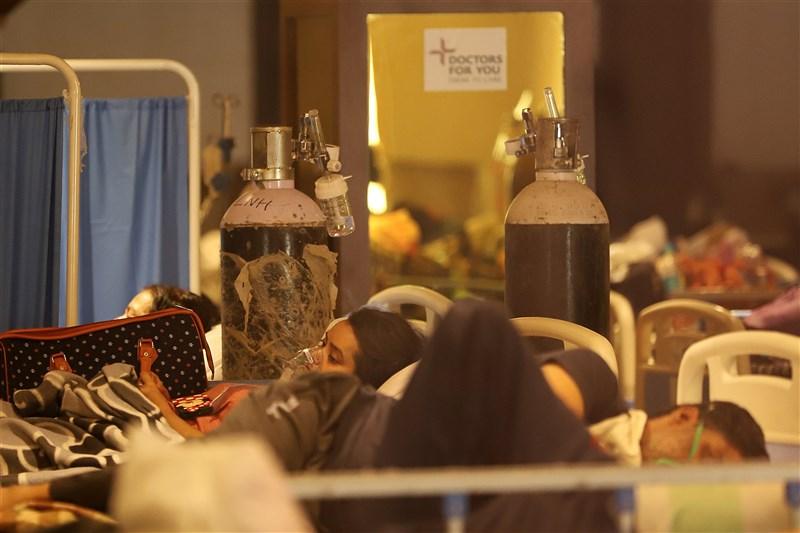印度4月確診人數飆升、醫療崩壞,更面臨氧氣供應短缺危機。圖為4月27日新德里病患被安置在一處宴會廳改建而成的臨時隔離所。(安納杜魯新聞社)