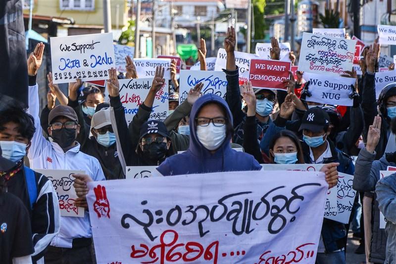緬甸軍方發動政變奪權迄今已逾3個月,全國各地2日仍有大批群眾上街示威抗議軍方統治。圖為撣邦街頭示威畫面。(法新社)