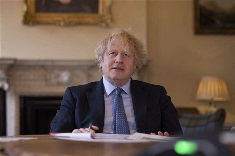 英國首相強生(圖)近日爆出砸大錢裝潢官邸和要求支持者贊助育兒費的負面消息,以致執政黨選情堪憂。(圖取自twitter.com/10DowningStreet)