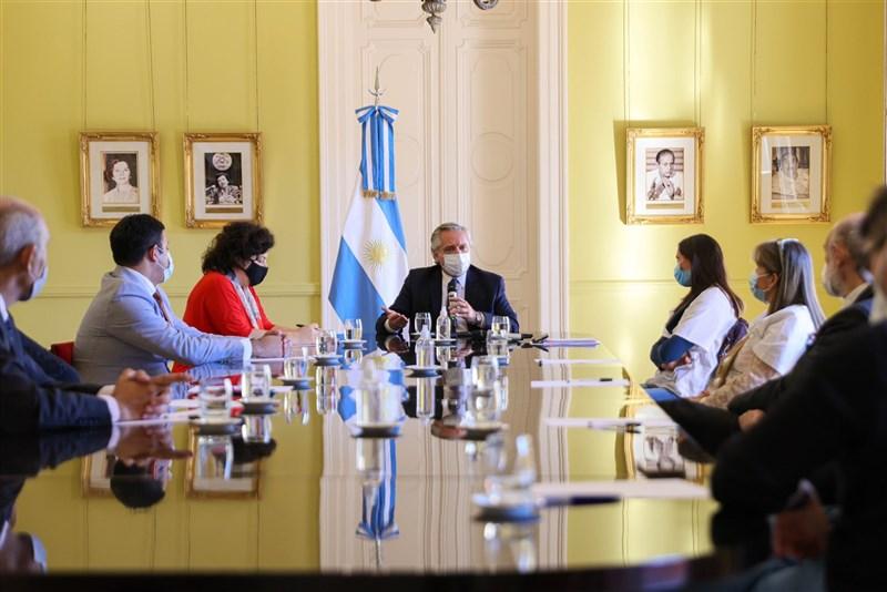 阿根廷累計確診病例數突破300萬大關,總統費南德茲(中)政府已公布更嚴格的防疫限制措施。(圖取自twitter.com/alferdez)