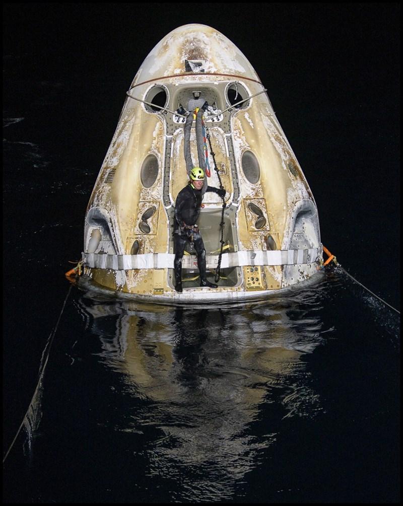 載著4名太空人返回地球的SpaceX天龍太空艙2日凌晨降落在美國佛州外海。(圖取自twitter.com/nasahqphoto)