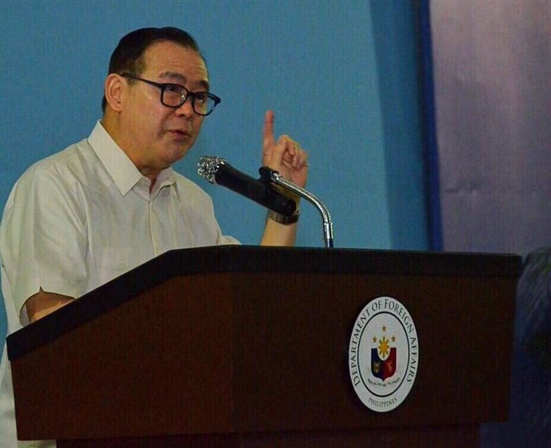 菲律賓與中國關係持續緊繃,菲外交部長3日再對滯留南海的中國船隻發表強硬言論,在推特爆粗口要他們滾蛋。(圖取自facebook.com/TeddyBoyLocsin)