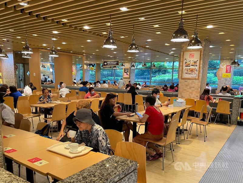 為防止新加坡疫情擴大,新加坡政府4日表示,將限縮社交聚會人數最多5人。圖為一處商場的美食街。中央社記者侯姿瑩新加坡攝  110年5月4日