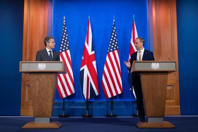 七大工業國集團(G7)外長4日在英國會談,議題包括中國、緬甸、利比亞、敘利亞和俄羅斯。美國國務卿布林肯(左)3日在與英國外交大臣拉布(右)共同記者會說:「我們面對的多數挑戰…沒有一項是可以靠一國單打獨鬥就能有效應對的。」(圖取自twitter.com/DominicRaab)