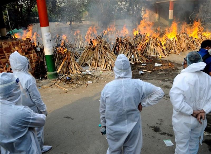 外交部領務局4日對印度全境發布紅色旅遊警示,提醒民眾不宜前往、並儘速離境。圖為新德里一處火葬場。(安納杜魯新聞社)