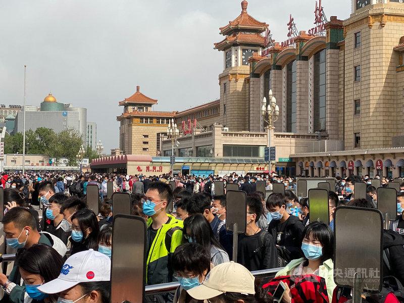 中國五一長假即將進入尾聲,4日下午開始,北京車站已有近萬人次湧出,在站前廣場排隊準備搭乘地鐵。中央社記者繆宗翰北京攝  110年5月4日