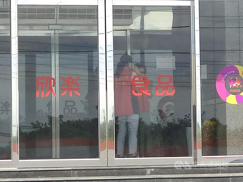 屏東縣衛生局4日前往欣樂食品公司,針對豬排產品標示進行稽查。衛生局表示,衛福部110年1月1日新法規規定,加工製造產地及原料原產地都要標示,欣樂所標示加工製造產地是「台灣」、原料產地是「美國」,標示皆符合規定。中央社記者郭芷瑄攝  110年5月4日