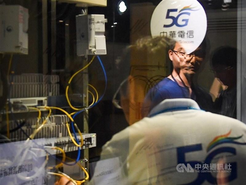 中華電信4日舉行法說會,董事長謝繼茂表示,5G高資費占比與5G總申辦數不斷成長,樂觀預期今年行動服務營收將轉為正成長。(中央社檔案照片)