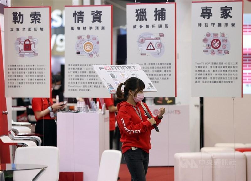 2021台灣資安大會開幕典禮4日在南港展覽館2館舉行,規模較2020年擴大1.5倍,共有超過200家國內外資安品牌參加,報名人數超過1萬人,將一起探討威脅防禦、政策管理、產業發展、人才培育等重要議題。中央社記者鄭傑文攝 110年5月4日