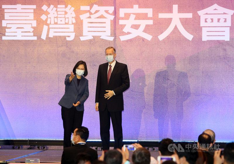 總統蔡英文(左)4日上午在台北南港展覽館2館出席2021台灣資安大會開幕典禮,與美國在台協會(AIT)處長酈英傑(Brent Christensen)(右)合影。中央社記者鄭傑文攝  110年5月4日