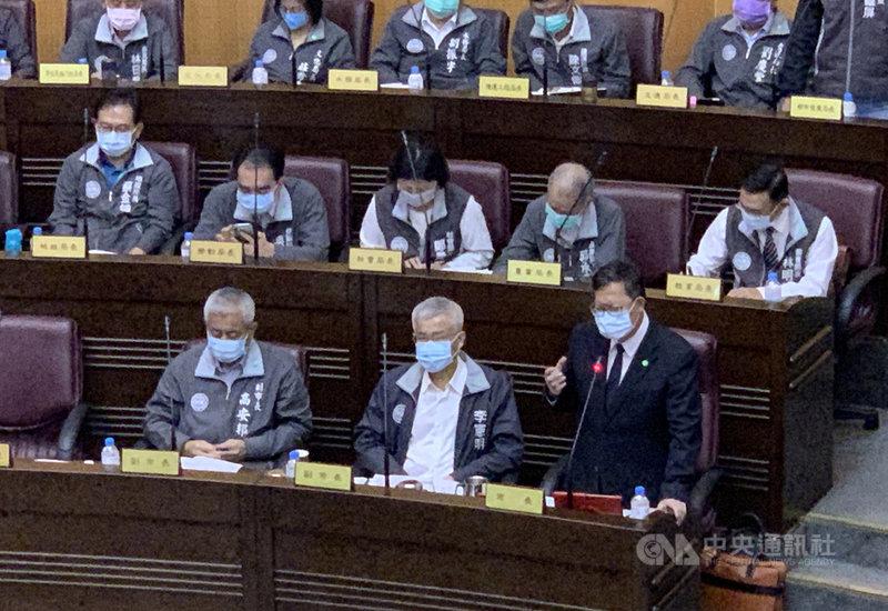 桃園市長鄭文燦(前排右)4日接受議會質詢,就台海危機表示,台灣不會在壓力底下放棄民主,也希望保有中華民國台灣的主權,這個基本前提是不能變的,台灣人遇到外來的壓力,反而會更團結。中央社記者葉臻攝  110年5月4日