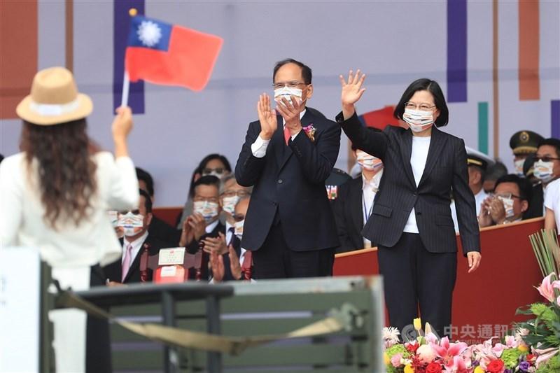 總統蔡英文(前右)獲2020年「馬侃公共服務領袖獎」,她表示獲獎是全體台灣人民的榮耀,民主自由就是台灣立足世界的獎章。圖為109年國慶大會,蔡總統揮手向防疫人員表達感謝。(中央社檔案照片)