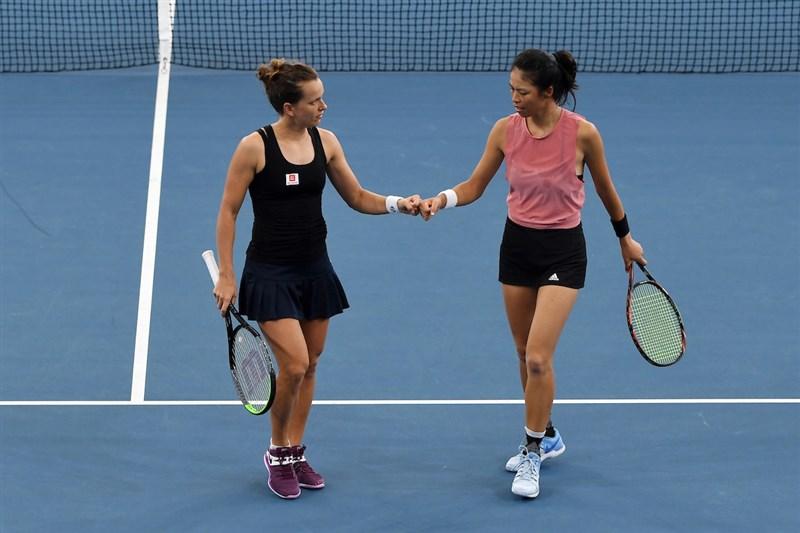 捷克網球女將史翠可娃(左)4日表示,希望生完小孩能重返球場打最後一次比賽,然後高掛球拍退休。史翠可娃原是台灣女網好手謝淑薇(右)的雙打搭檔。圖為2020年史翠可娃與謝淑薇奪布里斯本網球賽女雙冠軍。(圖取自twitter.com/BrisbaneTennis)