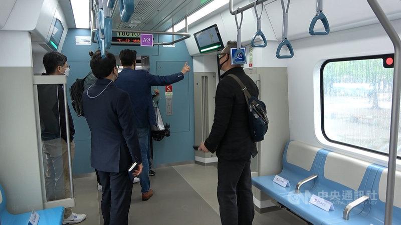 韓國國土交通部4月20日至5月6日在首爾、京畿道展示首都圈廣域急行鐵道(GTX)模擬車廂,內建3種握桿、座椅及懸吊握把方案,供民眾先行體驗,投票選出最符合實際需求的樣式。中央社記者廖禹揚京畿道攝  110年5月4日