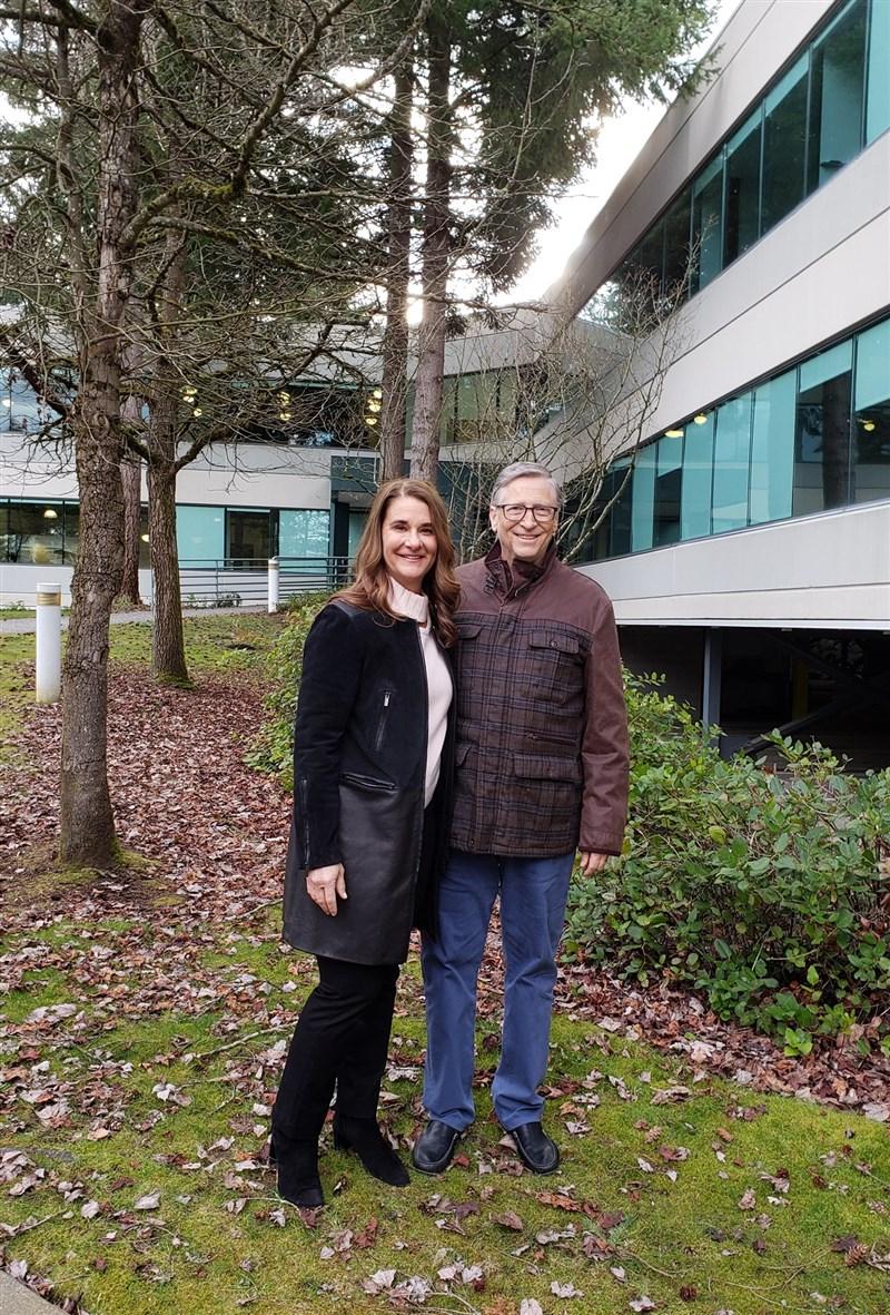 科技巨擘微軟公司創辦人比爾.蓋茲(右)和妻子梅琳達(左)宣布結束27年婚姻,認為彼此「難以夫妻關係共同成長」,但會繼續合作慈善事業。(圖取自facebook.com/melindagates)