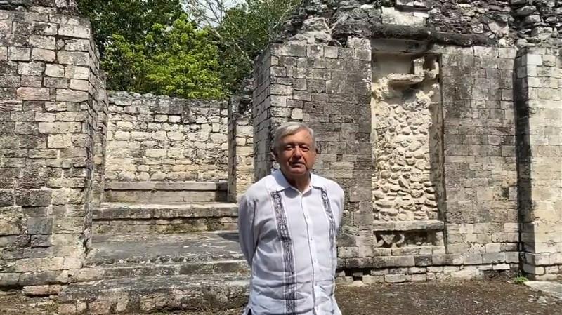墨西哥總統羅培茲歐布拉多3日對馬雅原住民數世紀來遭到的「恐怖虐待」致上歉意。圖為總統羅培茲歐布拉多在馬雅傳統文化的建築前。(圖取自facebook.com/lopezobrador.org.mx)