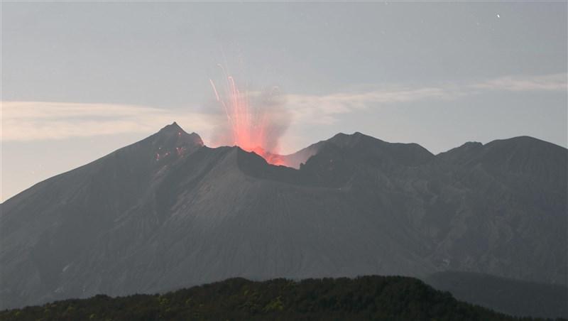 日本鹿兒島市櫻島南岳山頂火山口4日上午9時許噴發,噴煙高度達火山口上方約1700公尺。圖為南岳山頂火山口4月25日噴發情形。(共同社)