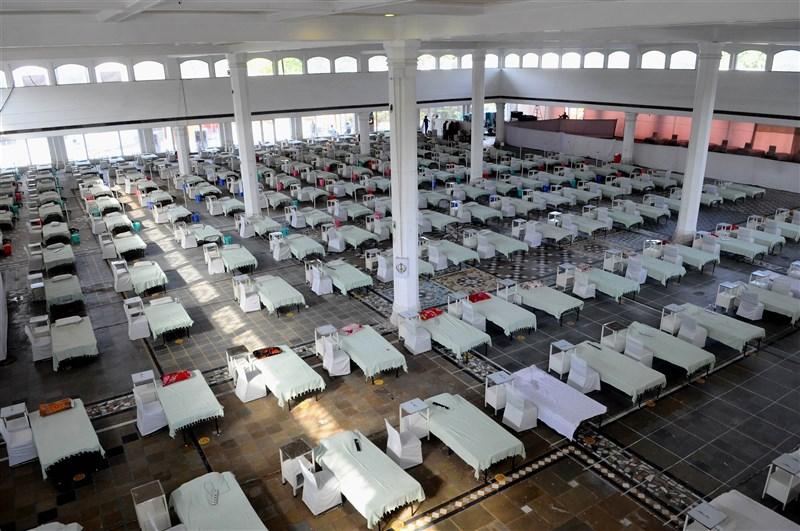 印度武漢肺炎病例激增以致醫療系統陷入崩潰,實習醫師與護理師資格考試延後,已上前線抗疫。圖為新德里一處臨時醫療中心內設置逾300張病床與呼吸器。(安納杜魯新聞社)