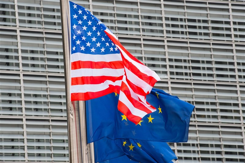 分析指出,在中國採取強硬態度對待台灣、香港、維吾爾人之際,歐洲正逐漸靠攏美國總統拜登的抗中陣營。圖為美國國旗及歐盟旗幟。(圖取自facebook.com/EuropeanCommission)