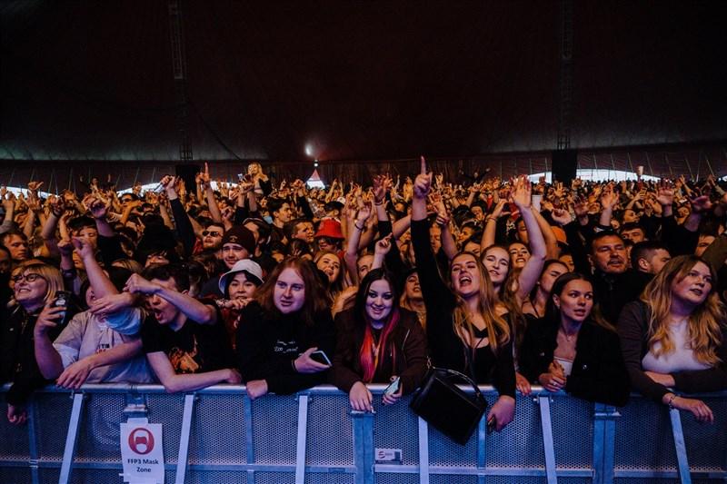 英國英格蘭3日舉辦音樂節,數千名觀眾在不用戴口罩的情況下熱舞,這是英國政府在採取封鎖措施後批准的首場國內音樂會。(圖取自twitter.com/FRfestivals)