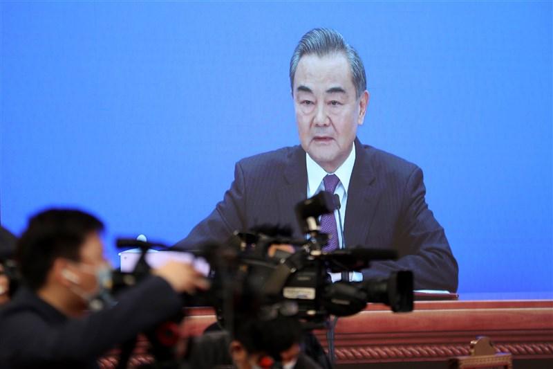 中國外長王毅(圖)在3月主持的中外記者會上談及美國記者史諾,法媒分析,中國希望讓外國記者、網紅幫忙背書,以改善自身形象。(中新社)