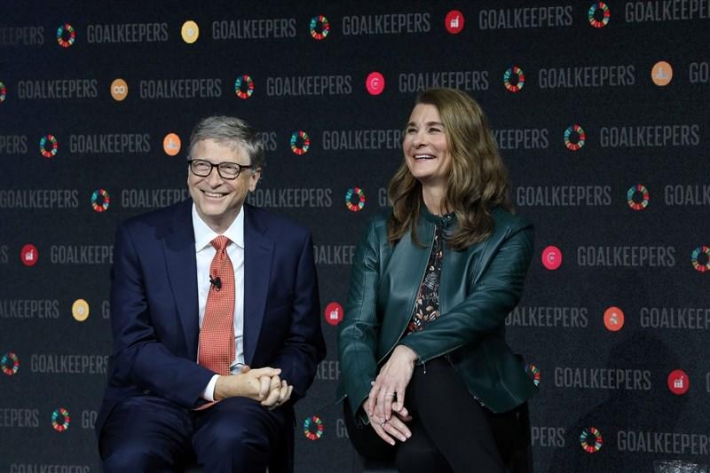 微軟公司創辦人比爾.蓋茲(左)和妻子梅琳達(右)3日宣布,經過深入思考和努力挽救後,決定結束27年的婚姻關係。(圖取自facebook.com/melindagates)