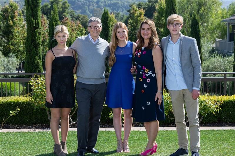 微軟共同創辦人比爾.蓋茲(左2)和妻子梅琳達(左4)3日宣布結束27年婚姻,震驚各界。大女兒珍妮佛(左3)感謝外界理解他們需要隱私。(圖取自facebook.com/melindagates)