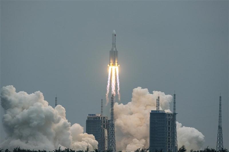 中國4月29日發射的長征五號B遙二火箭,英國衛報報導,這枚火箭失控偏離軌道,引起美軍太空司令部及全球太空研究單位關切。圖為長征五號B火箭發射升空。(中新社)