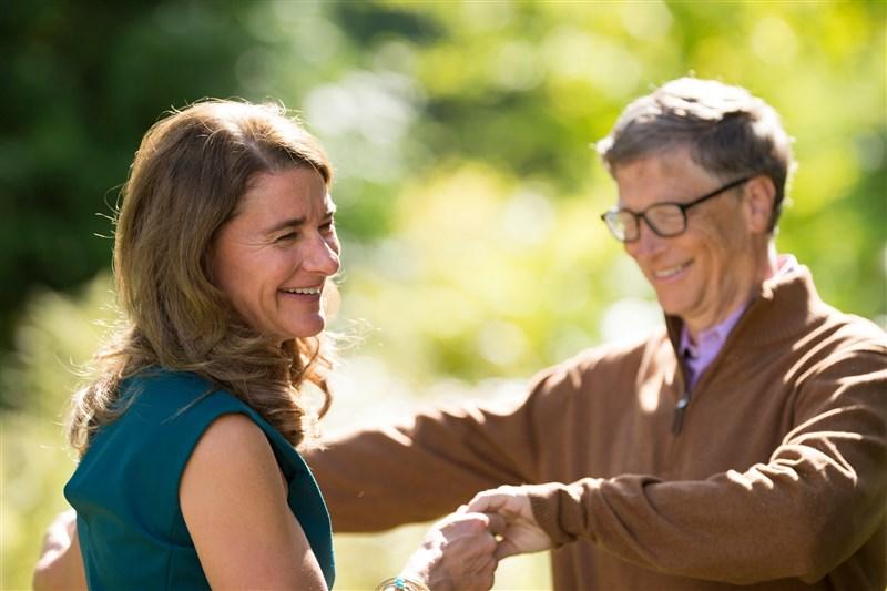 全球最富有的夫妻檔兼慈善家比爾.蓋茲(右)和妻子梅琳達(左)宣布結束兩人27年婚姻。(圖取自facebook.com/melindagates)