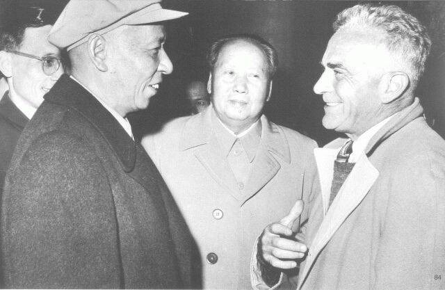 美國記者史諾(右)曾像一位國家級貴賓般被邀請至延安,每天與毛澤東(中)談話到夜深。圖攝於1960年的北京,前左為中國第二任國家主席劉少奇。(圖取自維基共享資源,版權屬公眾領域)