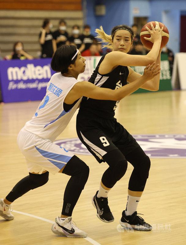 第16屆WSBL女子超級籃球聯賽例行賽持續進行,台元紡織4日晚間在林文佑(右)關鍵三分球帶領下,以67比61擊敗台灣電力。(中華民國籃球協會提供)中央社記者黃巧雯傳真  110年5月4日