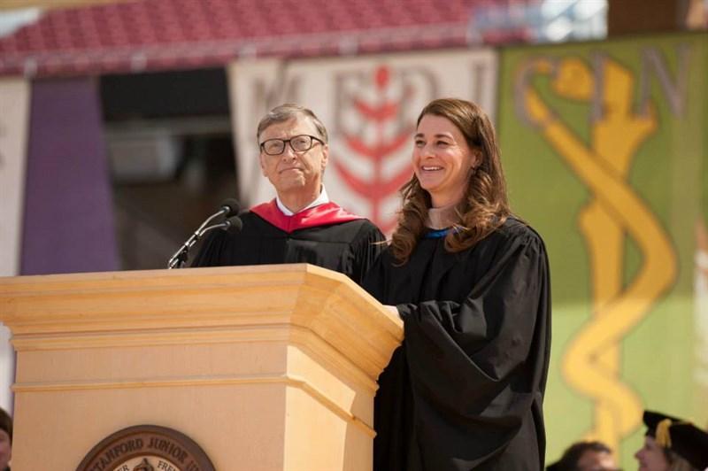 美國微軟公司創辦人比爾.蓋茲(左)和妻子梅琳達(右)離婚,將涉及兩人如何處理財富。(圖取自facebook.com/melindagates)