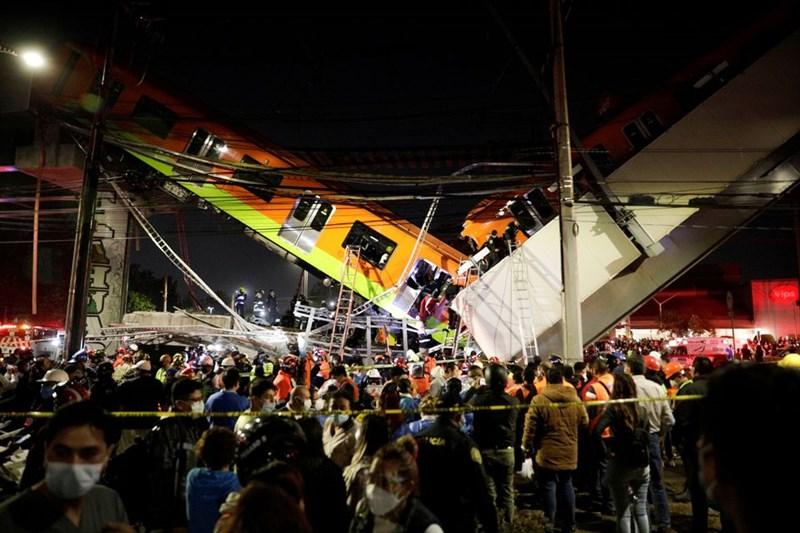 墨西哥市一處捷運高架軌道3日在有列車通行時崩塌。(路透社)
