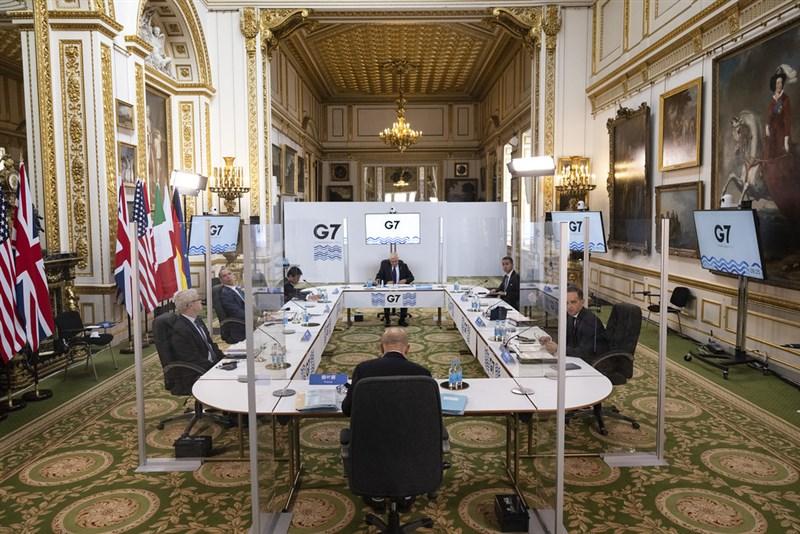 印度疫情嚴峻,甚至延燒至正在英國倫敦舉行的G7外長會議。有2名受邀與會的印度官員確診。圖為各國官員在參加G7會議時,中間用透明隔板區隔。(圖取自twitter.com/G7)