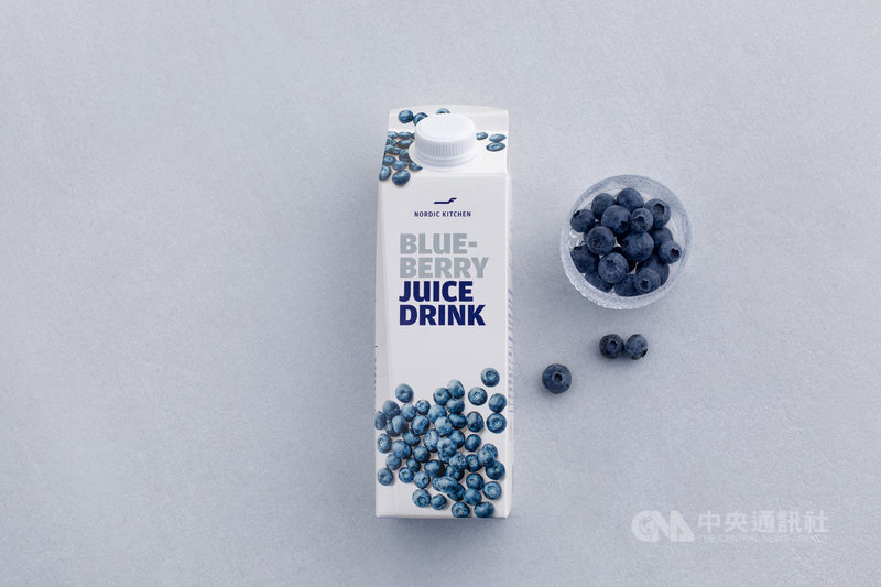 芬蘭航空的招牌藍莓汁在超市上架,讓消費者在家就能重溫飛行滋味。(芬蘭航空提供)中央社記者辜泳秝傳真  110年5月5日