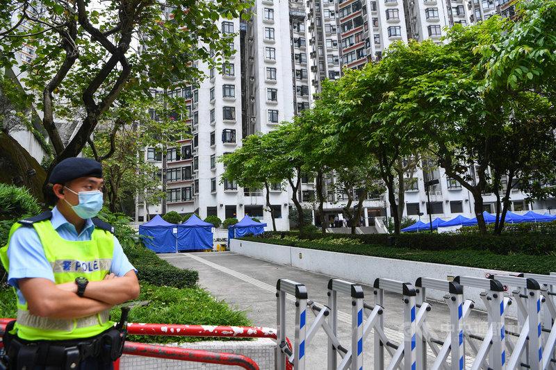 香港COVID-19變種病毒疫情呈擴散趨勢,5日再添本土3 例。圖為香港康怡花園N2座有外傭確診後,該大廈遭到圍封,居民須撤離強制送往檢疫中心隔離21天。(中通社提供)中央社 101年5月5日