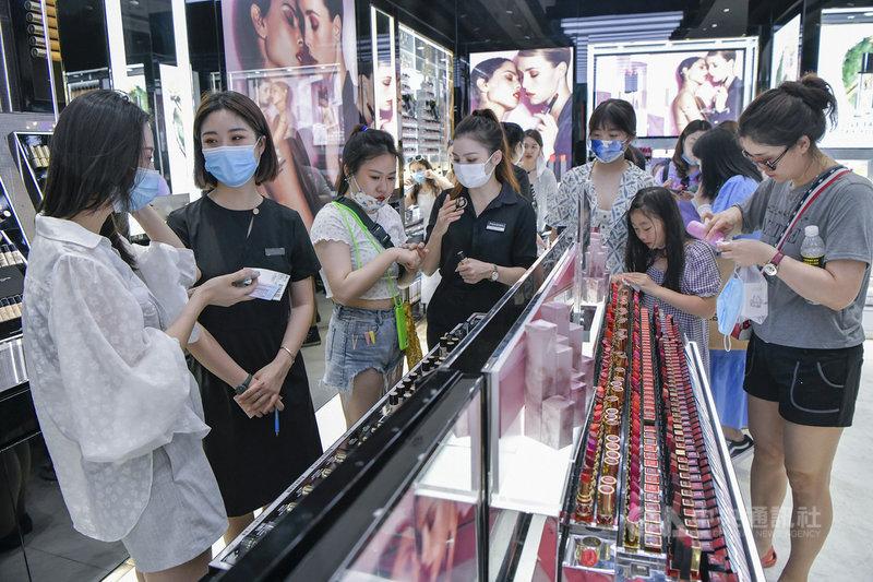 中國海南省在「五一」長假迎來一波購物潮,前3天購物金額達人民幣4.85億元(約新台幣21億元),年增215.24%。圖為遊客在長假期間於海南的三亞國際免稅城購物。(中新社提供)中央社  110年5月5日