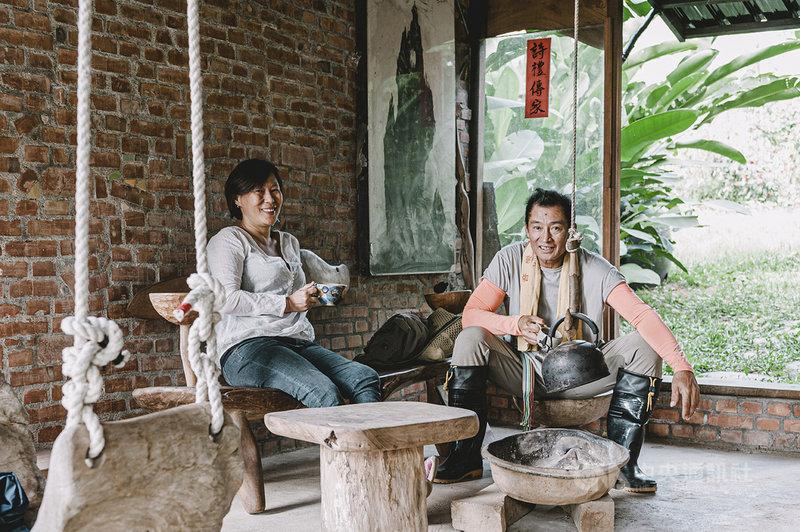落腳台東知本卡地布部落的藝術家饒愛琴(左)與伊命‧瑪法琉(右)在大都會為生活奔忙,受不了失去創作自由的束縛感,將自己放逐到山林裡,重新品味生活。(上旗文化提供)中央社記者邱祖胤傳真 110年5月5日